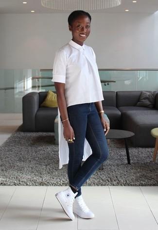 große Sammlung neuesten Stil große Auswahl weiße Kurzarmbluse, dunkelblaue enge Jeans, weiße hohe ...