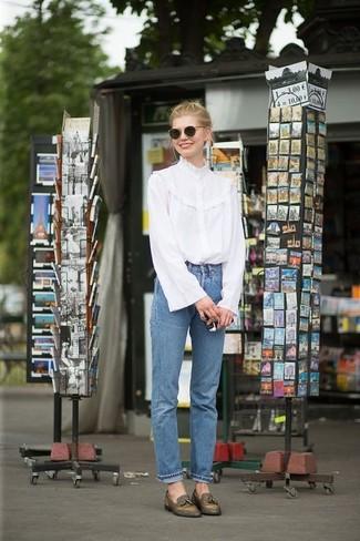 Wie kombinieren: weiße Langarmbluse mit Rüschen, blaue Jeans, olivgrüne Leder Slipper mit Quasten