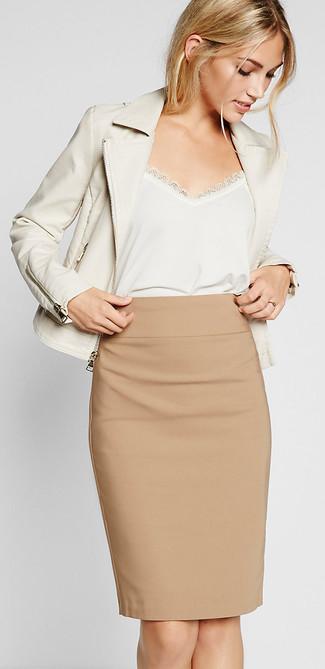 Beige Bleistiftrock kombinieren – 11 Damen Outfits: Probieren Sie die Kombi aus einer weißen Leder Bikerjacke und einem beige Bleistiftrock für ein wunderbares Outfit.