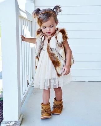 Wie kombinieren: weiße Pelzweste, weißes Spitzekleid, beige Fransen Stiefel aus Wildleder