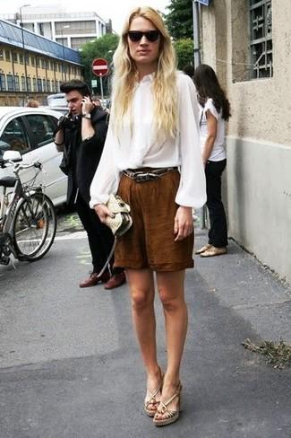 Wie kombinieren: weiße Seide Langarmbluse, braune Bermuda-Shorts, hellbeige Keilsandaletten aus Leder