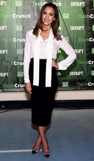 Jessica Alba trägt Weiße Seide Langarmbluse, Schwarzer Midirock, Schwarze Pumps aus Netzstoff