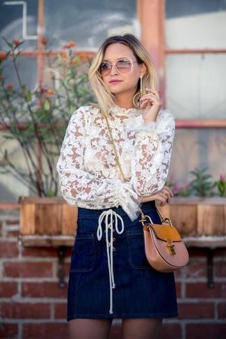 Wie kombinieren: weiße Spitze Langarmbluse, dunkelblauer Jeans Minirock, beige Leder Umhängetasche