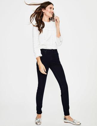 Wie kombinieren: weiße Spitze Langarmbluse mit Rüschen, schwarze enge Jeans, silberne Fransen Leder Slipper
