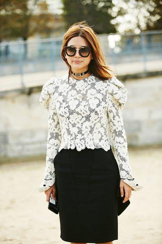 Wie kombinieren: weiße Spitze Langarmbluse, schwarzer Bleistiftrock, schwarze und goldene Sonnenbrille