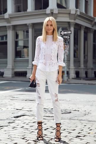 Wie kombinieren: weiße Spitze Langarmbluse, weiße Boyfriend Jeans mit Destroyed-Effekten, schwarze Römersandalen aus Leder