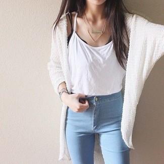 Wie kombinieren: weiße Strick Strickjacke mit einer offenen Front, weißes Trägershirt, hellblaue enge Jeans