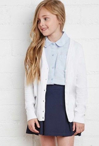 Wie kombinieren: weiße Strickjacke, hellblaues Businesshemd, dunkelblauer Rock