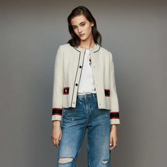 Wie kombinieren: weiße Tweed-Jacke, weißes besticktes T-Shirt mit einem Rundhalsausschnitt, blaue Jeans mit Destroyed-Effekten