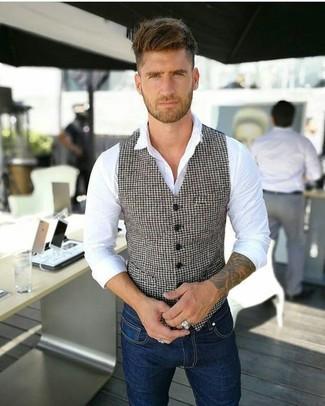 Wie kombinieren: weiße und schwarze Weste mit Hahnentritt-Muster, weißes Businesshemd, dunkelblaue enge Jeans