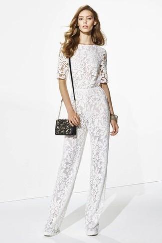 Wie kombinieren: weißer Jumpsuit aus Spitze, schwarze verzierte Leder Umhängetasche, goldenes Armband