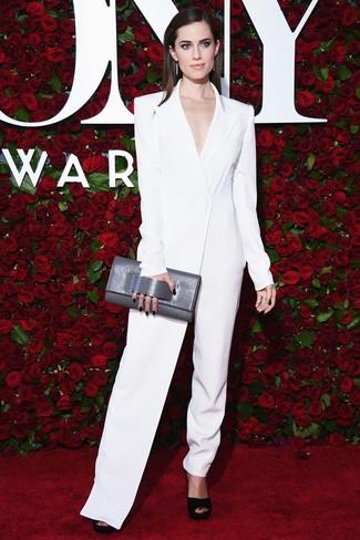 Graue Leder Clutch kombinieren: trends 2020: Probieren Sie die Kombination aus einem weißen Jumpsuit und einer grauen Leder Clutch, um einen modernen Wochenend-Look zu erhalten. Schwarze klobige Wildleder Sandaletten sind eine perfekte Wahl, um dieses Outfit zu vervollständigen.