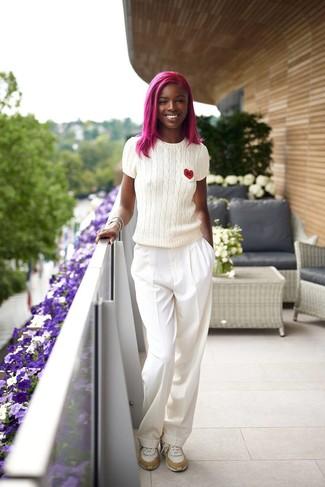 Wie kombinieren: weißer Kurzarmpullover, weiße weite Hose, weiße Sportschuhe
