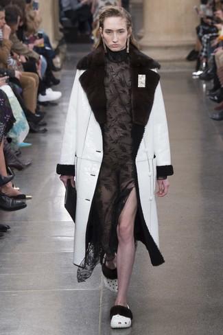 weißer Lammfellmantel, schwarzes Spitze Maxikleid, schwarze Leder Clutch für Damen