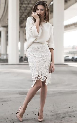 Wie kombinieren: weißer Oversize Pullover, weißer Spitze Bleistiftrock, hellbeige Leder Pumps