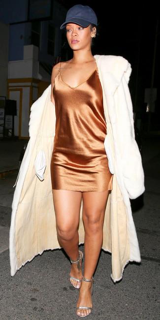 Wie kombinieren: weißer Pelz, orange Camisole-Kleid aus Seide, silberne Leder Sandaletten