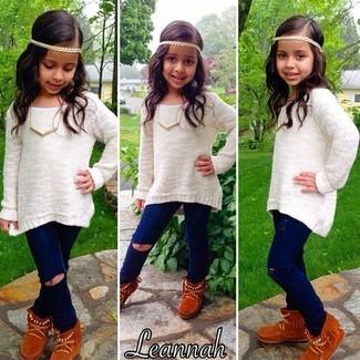 Wie kombinieren: weißer Pullover, dunkelblaue Jeans, rotbraune Ugg Stiefel