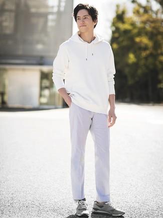 Wie kombinieren: weißer Pullover mit einem Kapuze, weiße Chinohose, graue Wildleder niedrige Sneakers