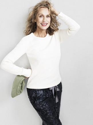 Wie kombinieren: weißer Pullover mit einem Rundhalsausschnitt, schwarze Karottenhose aus Paillette