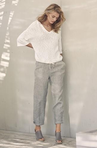 pretty nice cdb9c 9e259 weißer Pullover mit einem V-Ausschnitt, graue Leinen weite ...