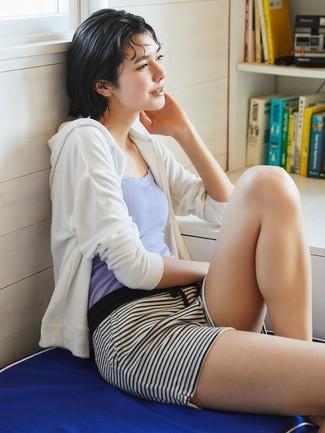 Wie kombinieren: weißer Pullover mit einer Kapuze, hellviolettes Trägershirt, weiße und schwarze horizontal gestreifte Shorts