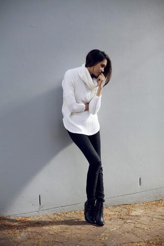 Wie kombinieren: weißer Pullover mit einer weiten Rollkragen, schwarze enge Jeans, schwarze Leder Stiefeletten