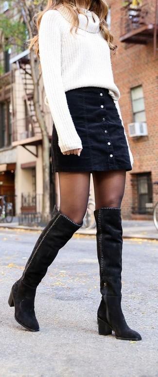 Wie kombinieren: weißer Pullover mit einer weiten Rollkragen, schwarzer Jeansrock mit knöpfen, schwarze Overknee Stiefel aus Wildleder