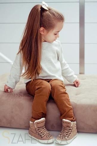Wie kombinieren: weißer Pullover, rotbraune Hose, braune Turnschuhe