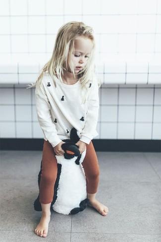 Wie kombinieren: weißer Pullover, rotbraune Leggings