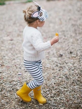 Wie kombinieren: weißer Pullover, weiße und schwarze horizontal gestreifte Leggings, gelbe Gummistiefel