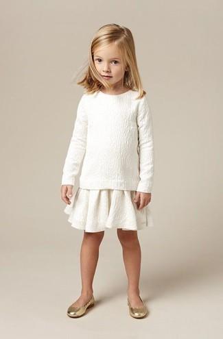 Wie kombinieren: weißer Pullover, weißer Rock, goldene Ballerinas