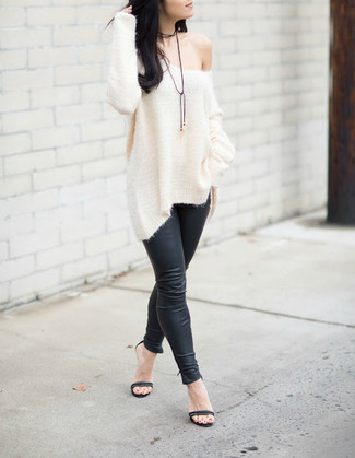 Wie kombinieren: weißer Strick Oversize Pullover, schwarze Lederleggings, schwarze Leder Sandaletten