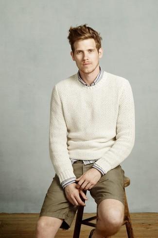Wie kombinieren: weißer Strick Pullover mit einem Rundhalsausschnitt, graues vertikal gestreiftes Langarmhemd, olivgrüne Shorts
