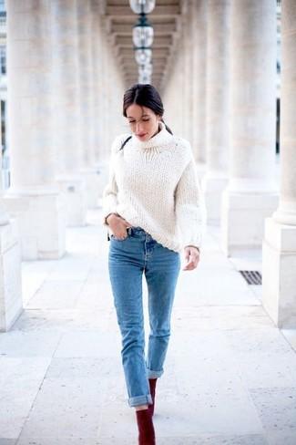 Wie kombinieren: weißer Strick Rollkragenpullover, blaue Jeans, dunkelrote Wildleder Stiefeletten