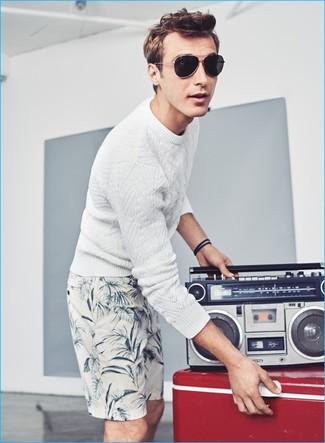Wie kombinieren: weißer Strickpullover, weiße bedruckte Shorts, schwarze Sonnenbrille