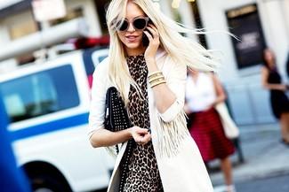 Wie kombinieren: weißer Trenchcoat, braunes Etuikleid mit Leopardenmuster, schwarze beschlagene Leder Clutch