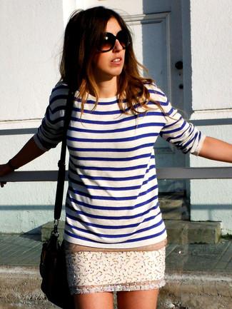 4aacf54ddbcf Wie kombinieren  weißer und blauer horizontal gestreifter Pullover mit  einem Rundhalsausschnitt, weißer verzierter Minirock