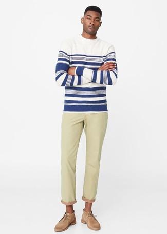 Wie kombinieren: weißer und dunkelblauer horizontal gestreifter Pullover mit einem Rundhalsausschnitt, hellbeige Jeans, beige Chukka-Stiefel aus Wildleder