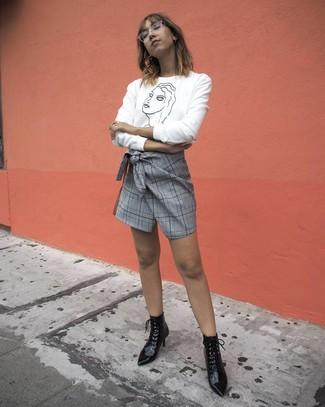 Wie kombinieren: weißer und schwarzer bedruckter Pullover mit einem Rundhalsausschnitt, grauer Minirock mit Schottenmuster, schwarze Schnürstiefeletten aus Leder