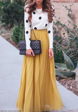 Ein weißer und schwarzer gepunkteter Pullover mit einem Rundhalsausschnitt und ein senf Falten Maxirock sind eine gute Outfit-Formel für Ihre Sammlung.