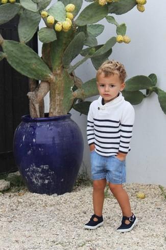 Wie kombinieren: weißer und schwarzer horizontal gestreifter Pullover, hellblaue Jeansshorts, schwarze Sandalen