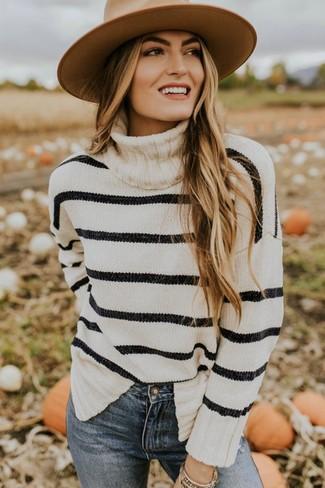 Wie kombinieren: weißer und schwarzer horizontal gestreifter Rollkragenpullover, blaue enge Jeans, beige Wollhut