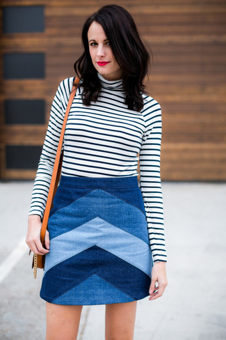 Weißer und schwarzer horizontal gestreifter Rollkragenpullover, Blauer Chevron Jeans Minirock, Beige Leder Umhängetasche für Damen