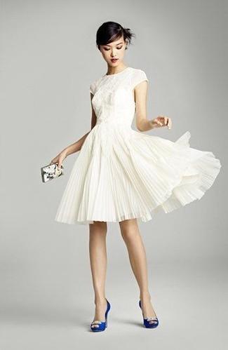 Wie kombinieren: weißes ausgestelltes Kleid aus Spitze, blaue verzierte Satin Pumps, weiße bedruckte Clutch