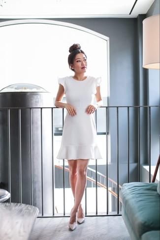 Hellbeige Leder Pumps kombinieren – 500+ Damen Outfits: Um eine verfeinerte und lässige Silhouette zu formen, entscheiden Sie sich für ein weißes ausgestelltes Kleid mit Rüschen. Komplettieren Sie Ihr Outfit mit hellbeige Leder Pumps.