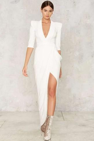 Wie kombinieren: weißes Ballkleid mit Schlitz, silberne Schnürstiefeletten aus Wildleder