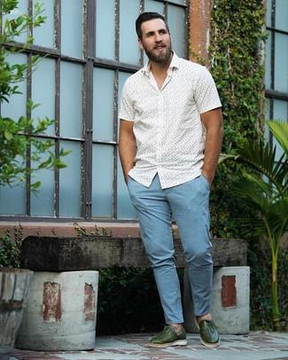 30 Jährige: Weißes und blaues bedrucktes Kurzarmhemd kombinieren: trends 2020: Kombinieren Sie ein weißes und blaues bedrucktes Kurzarmhemd mit einer hellblauen Chinohose, um mühelos alles zu meistern, was auch immer der Tag bringen mag. Fühlen Sie sich ideenreich? Vervollständigen Sie Ihr Outfit mit dunkelgrünen Leder Oxford Schuhen.