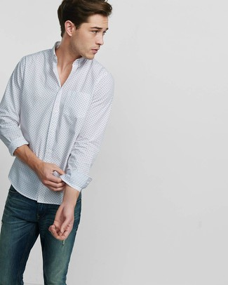 Wie kombinieren: weißes bedrucktes Langarmhemd, dunkelblaue Jeans