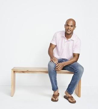 Herren Outfits 2021: Paaren Sie ein weißes bedrucktes Polohemd mit blauen Jeans für ein Alltagsoutfit, das Charakter und Persönlichkeit ausstrahlt. Suchen Sie nach leichtem Schuhwerk? Ergänzen Sie Ihr Outfit mit braunen Leder Zehensandalen für den Tag.