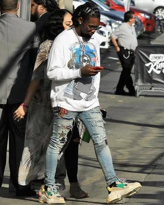 Wie kombinieren: weißes bedrucktes Sweatshirt, hellblaue enge Jeans mit Destroyed-Effekten, hellbeige Sportschuhe